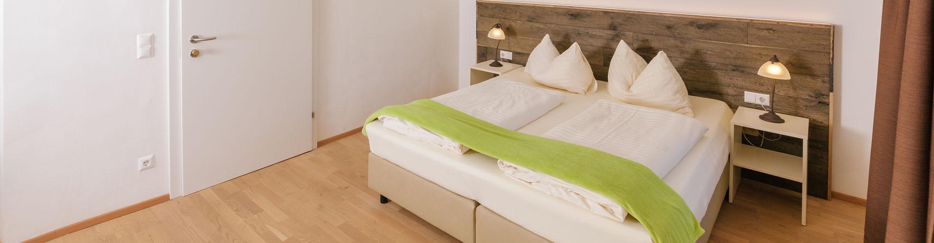 doppelbett-holzboden-sommer-groß